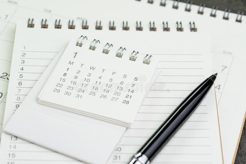 De pagina van de kalenderontwerper op notitieboekjelijst met een pen die als remin gebruiken royalty-vrije stock foto