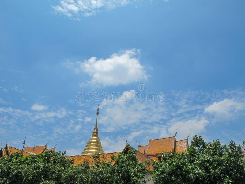 De pagode van Doi Suthep ligt achter de boom en de hemel is helder royalty-vrije stock afbeeldingen