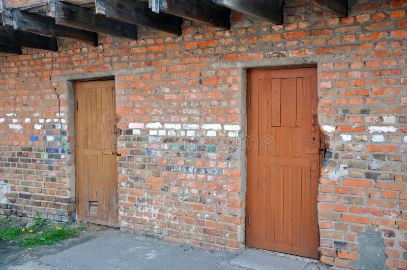 De pakhuisbouw met individuele ruimten in de binnenplaats van een woningbouw royalty-vrije stock afbeeldingen