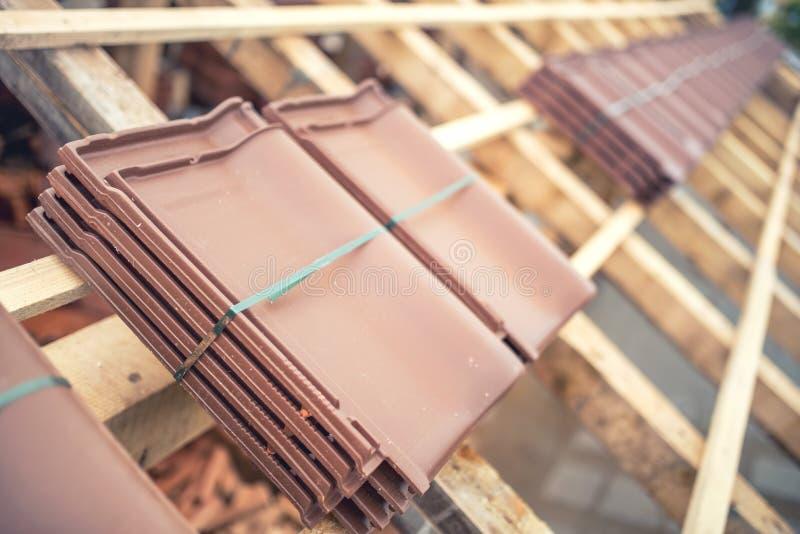 de pakken van de daktegel bij huisbouwwerf Dak in aanbouw met moderne tegels royalty-vrije stock fotografie
