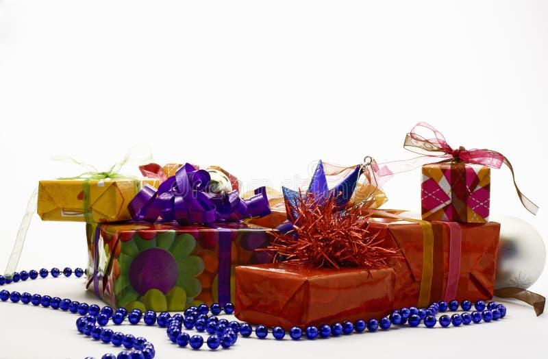 De pakketten van de gift op witte achtergrond stock foto's