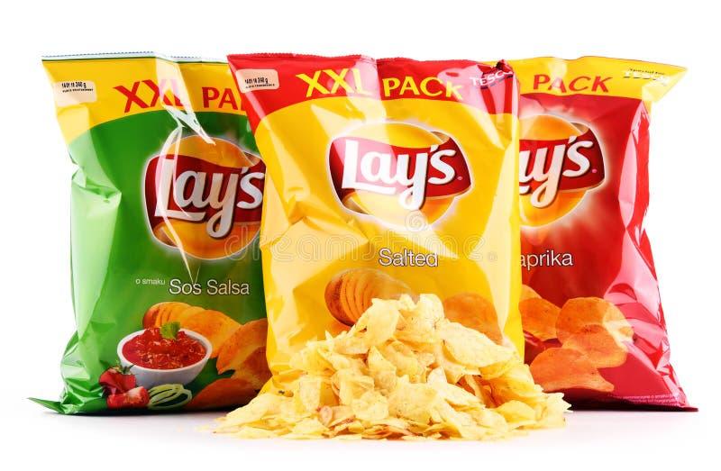 De pakketten van legt chips op wit worden geïsoleerd dat stock foto