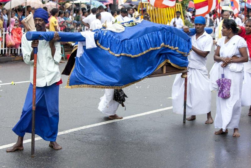 De Palanquindragers rusten in de loop van de dag Perahera in Kandy, Sri Lanka royalty-vrije stock afbeeldingen