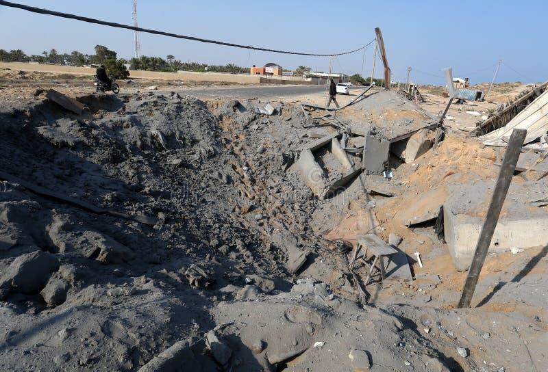 De Palestijnen inspecteren een zeehaven na een Israëlische luchtaanval in de zuidelijke Gazastrook royalty-vrije stock afbeeldingen