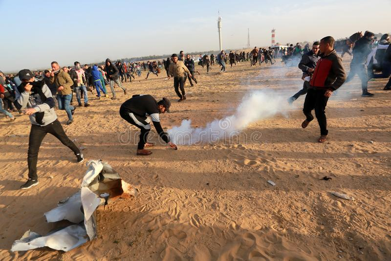 De Palestijnen nemen aan demonstratie, op de grens Gaza-Israël deel stock fotografie