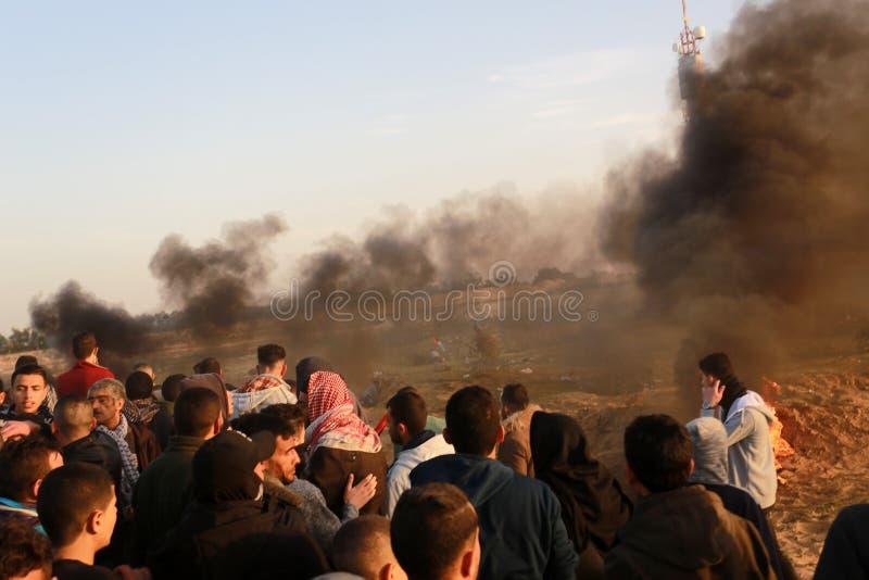 De Palestijnen nemen aan demonstratie, op de grens Gaza-Israël deel stock foto