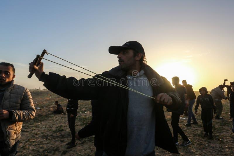 De Palestijnen nemen aan demonstratie, op de grens Gaza-Israël deel stock foto's