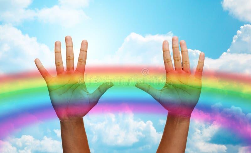 De palmen van mens overhandigt regenboog in blauwe hemel vector illustratie