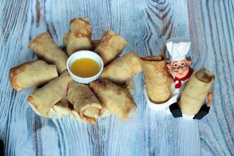 De pannekoeken met zoetheid worden gevuld geeft u een chef-kok met liefde die royalty-vrije stock afbeeldingen