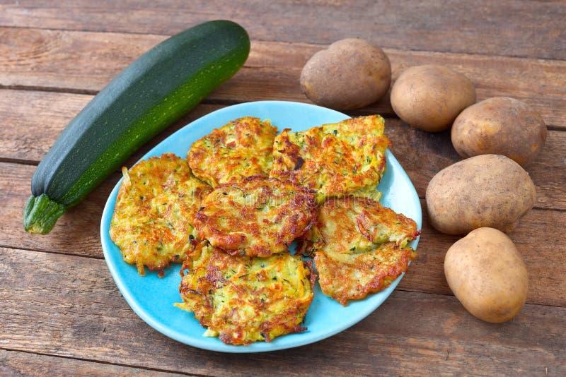 De pannekoeken van de aardappelcourgette stock afbeeldingen