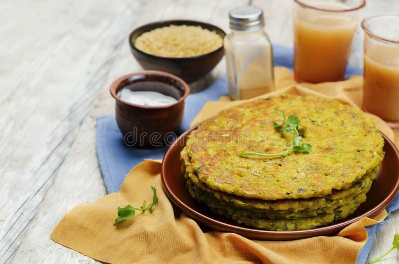De pannekoeken van de spinazielinze Palak Moong Dal Cheela stock fotografie