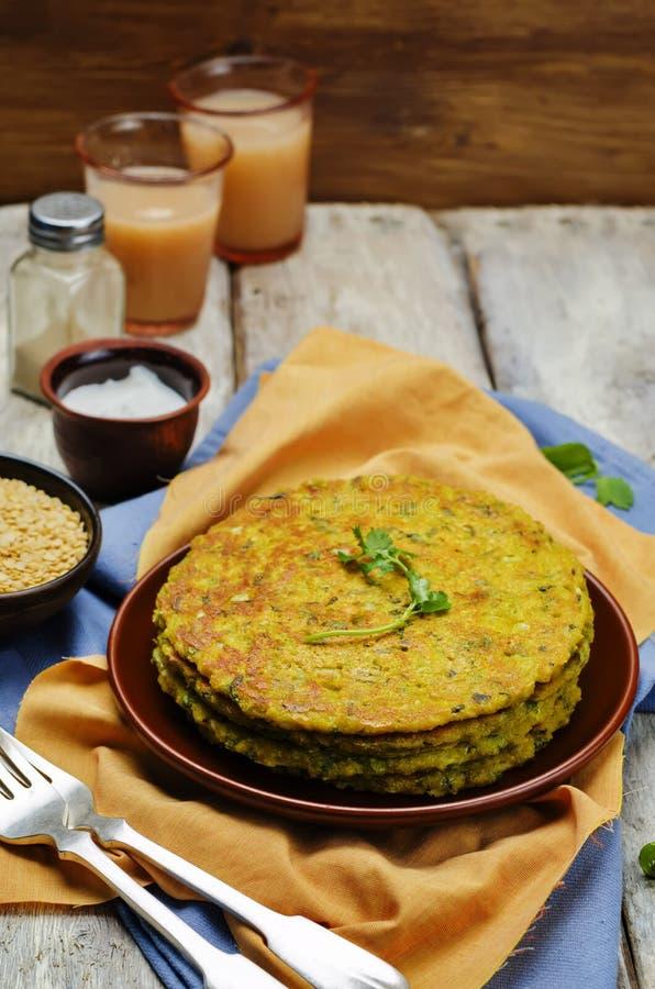 De pannekoeken van de spinazielinze Palak Moong Dal Cheela stock afbeeldingen