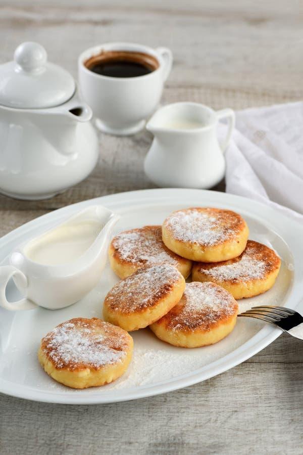 De pannekoeken van de ontbijtkaas met zure room royalty-vrije stock fotografie