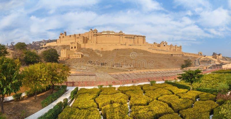 De panoramamening van Amberfort en het paleis van Kesar Kyari Bagh tuinieren op Maotha-Meer Rajasthan India stock foto's