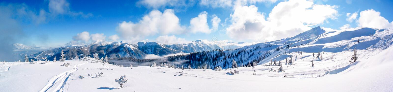 De panoramamening van een zonnige en verse sneeuw behandelde bergtop in Flachau, Oostenrijk stock afbeelding