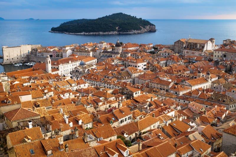 De panoramamening van de mediterrane oude stad van Dubrovnik met sinaasappel betegelde daken, Kroatië stock afbeelding