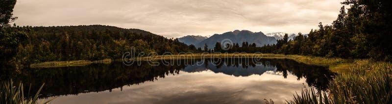 De panoramische beroemde schemering gaf standpunt van prachtig romantische Aoraki/Mt Cook weer en zet Tasman op water van Meer Ma royalty-vrije stock afbeeldingen