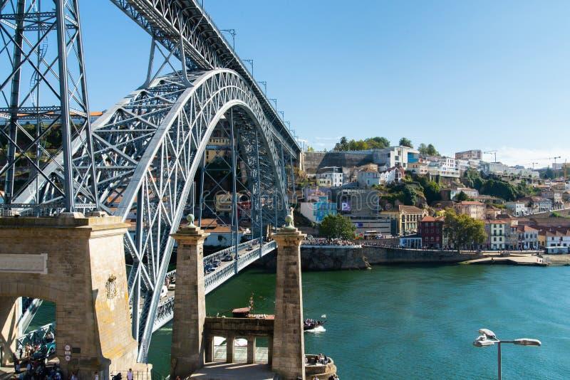 De panoramische landschapsmening over de oude stad met Douro-rivier en het beroemde ijzer overbruggen in Porto stad in Portugal stock afbeeldingen