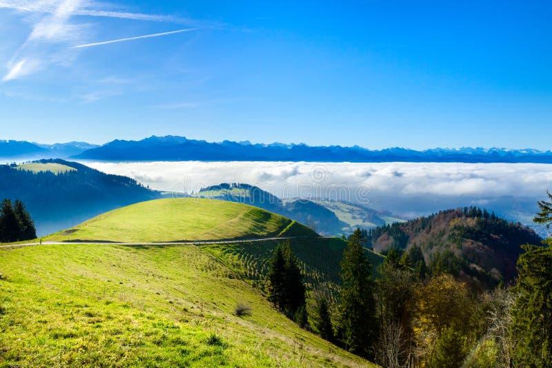 De panoramische mening van de cloudscapehorizon van Zwitserse Alpen in blauwe hemel royalty-vrije stock fotografie