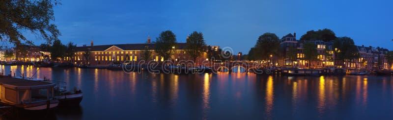 De panoramische mening van de nachtstad van Amsterdam royalty-vrije stock foto's