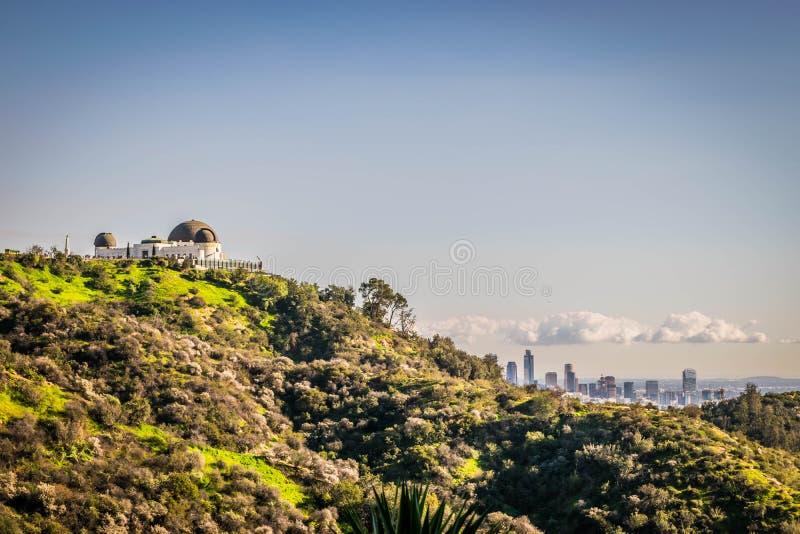 De panoramische mening van de heuveltop van Los Angeles en Griffith Park Observatory van de binnenstad stock foto's