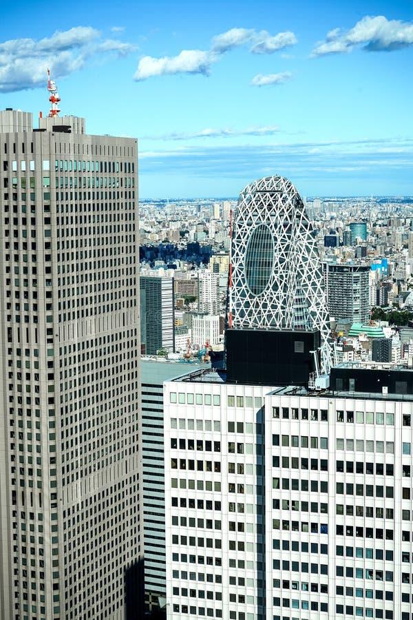De panoramische moderne luchtmening van de stadshorizon van gebouwen in financiële ruimte op Tokyo en de levendige blauwe lichten royalty-vrije stock foto