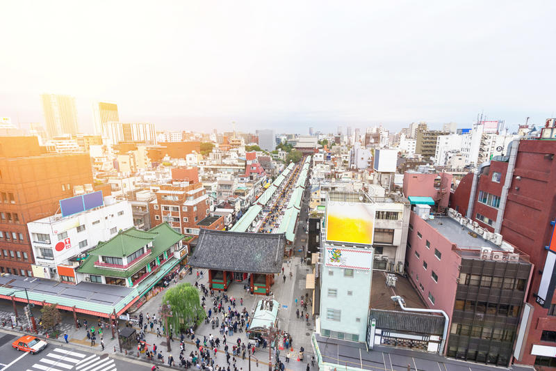 De panoramische moderne van het de vogeloog van de stadshorizon luchtmening met Sensoji -sensoji-ji Tempelheiligdom - Asakusa-dis royalty-vrije stock foto's