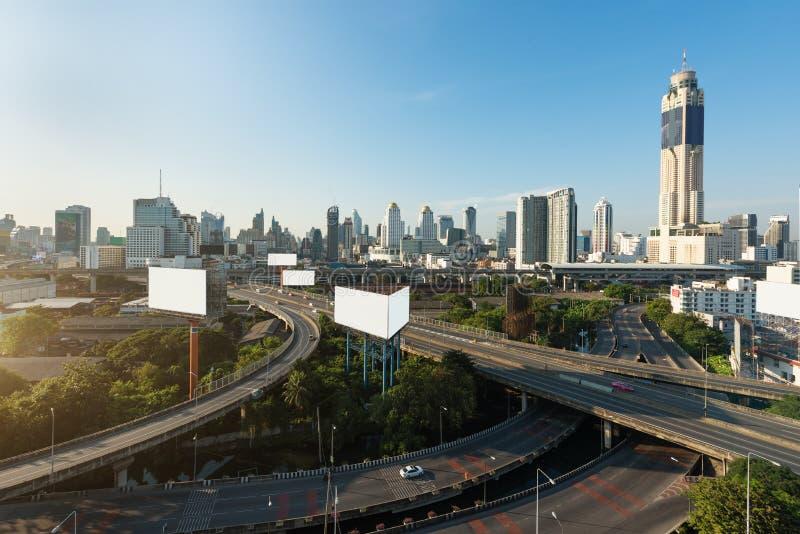 De panoramische stad die van Bangkok modern bedrijfsdistrict met snelweg binnen van de binnenstad bij ochtend in Bangkok, Thailan royalty-vrije stock afbeelding