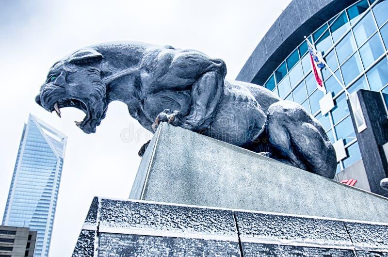 De pantersstandbeeld van Carolina in sneeuw wordt behandeld die royalty-vrije stock fotografie