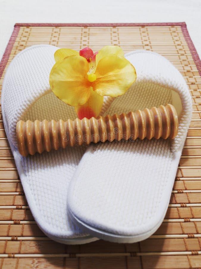 De Pantoffels en Voet Massager van het kuuroord stock foto