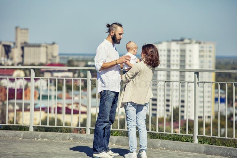 De papa en de baby van het familiemamma gelukkig met glimlachen samen in het Park o stock afbeeldingen