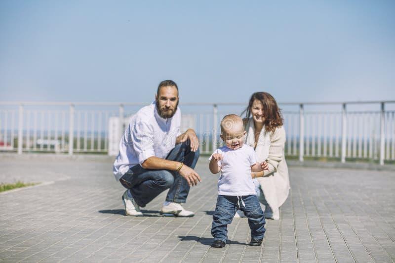 De papa en de baby van het familiemamma gelukkig met glimlachen samen in het Park o stock foto's