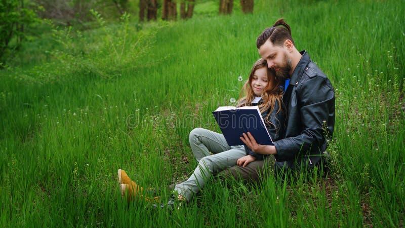 De papa en de dochter brengen samen tijd in park door royalty-vrije stock foto