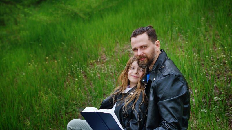 De papa en de dochter brengen samen tijd in park door royalty-vrije stock afbeeldingen
