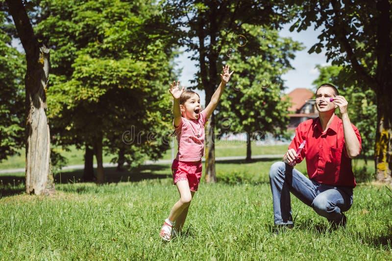 De papa en zijn dochter maken bellen royalty-vrije stock foto