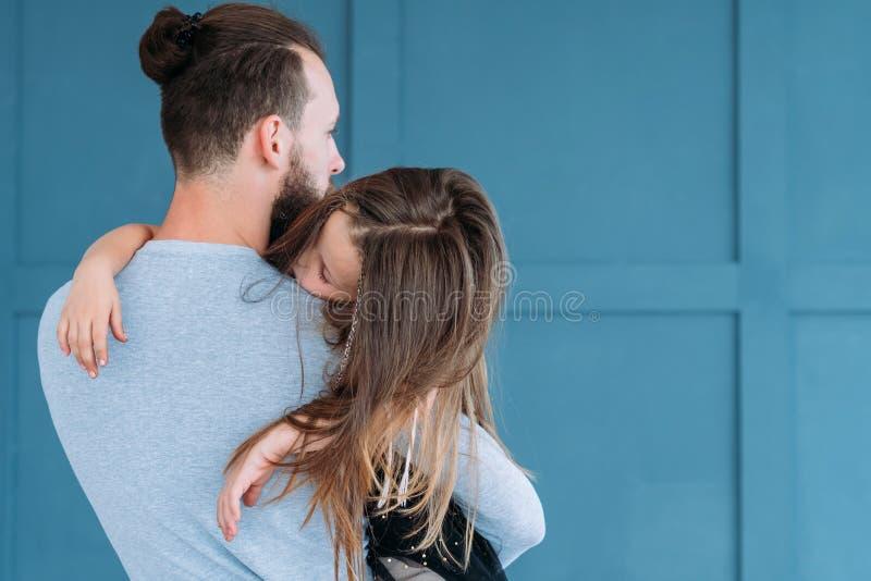 De papa gevend slaperig meisje van vaderschap houdend van ogenblikken royalty-vrije stock afbeelding