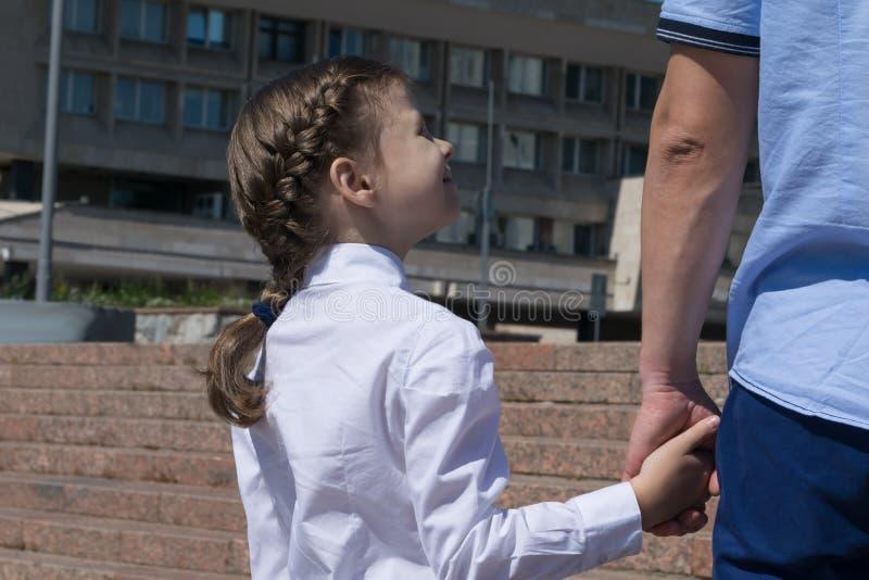 De papa leidt voor het eerst haar dochter tot school stock afbeelding