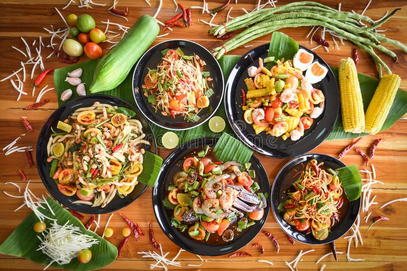 De papajasalade diende op eettafel - het Groene kruidige Thaise voedsel van de papajasalade op plaat met de kruiden en de kruiden stock fotografie