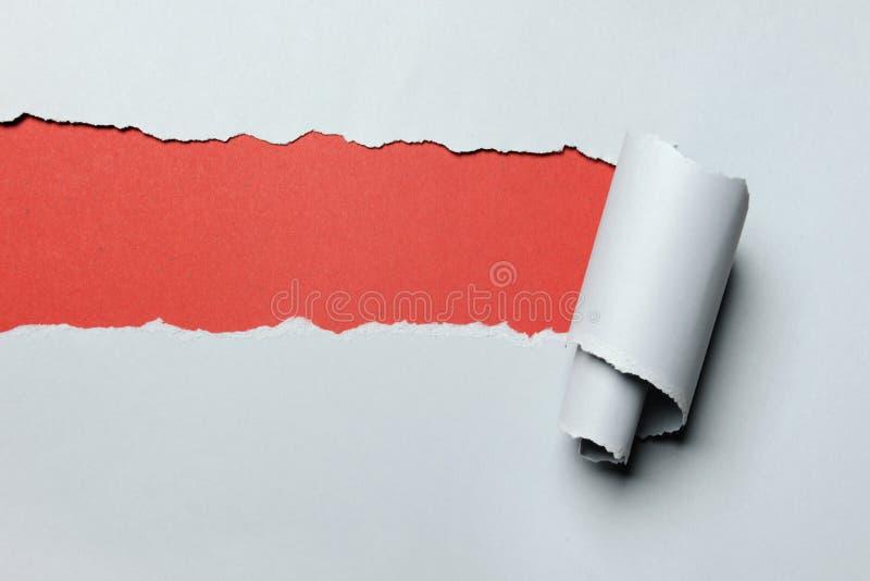 De papel rasgado com fundo vermelho imagem de stock