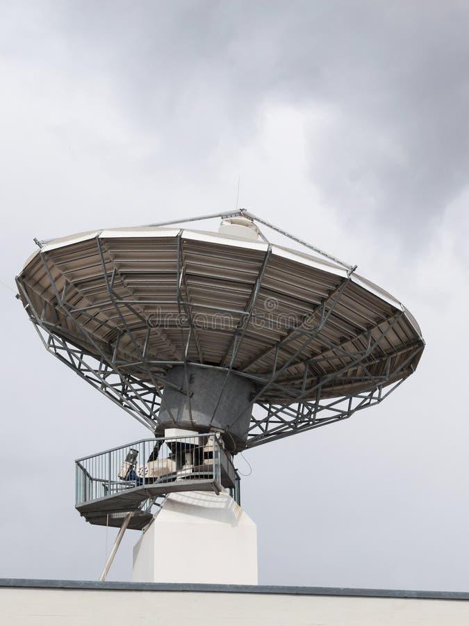 De parabolische satellietschotel van de radarantenne voor radiotelevisie royalty-vrije stock fotografie