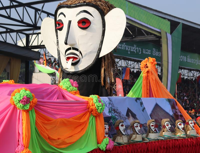 De parade van het Phi Khon-spook tijdens het Olifantsfestival royalty-vrije stock foto