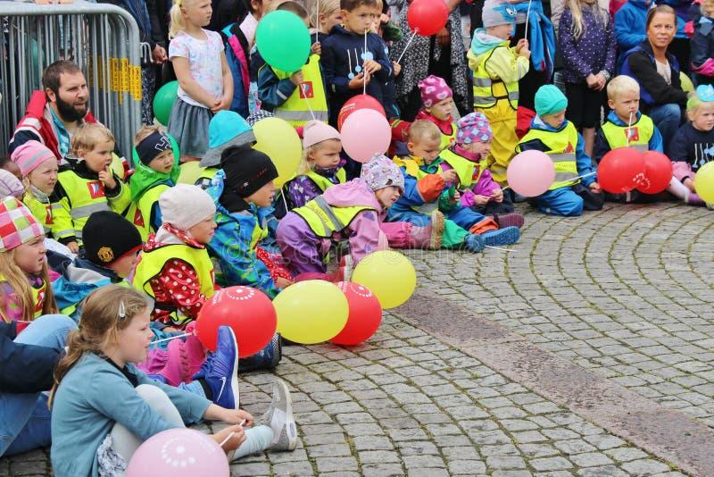 De parade van kinderen als deel van Jazz Festival Sildajazz in Haugesund, Noorwegen stock foto's