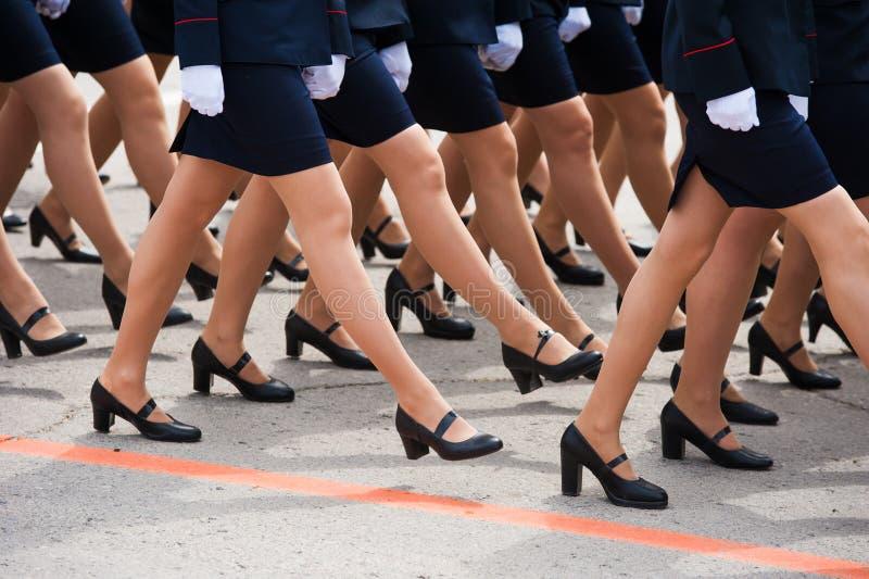 De parade van militairen stock foto's