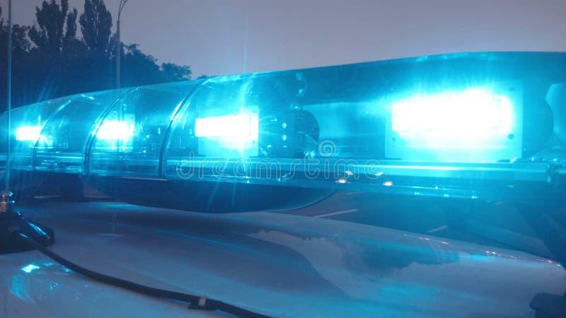 De paramedici komen bij ongevallenplaats aan, noodsituatielichten op ziekenwagen autoclose-up stock foto's