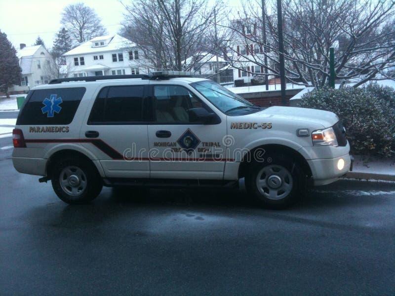 De paramedicus Flycar parkeerde bij het Ziekenhuis stock afbeelding
