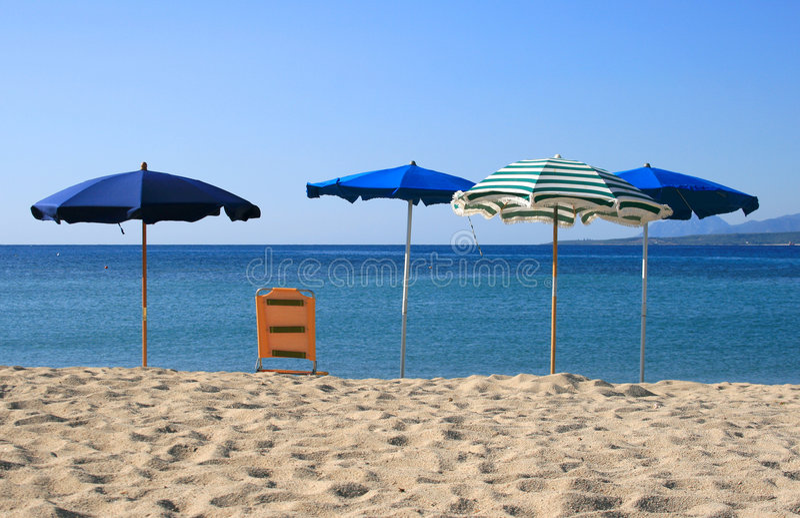 De paraplu's van het strand op de kust royalty-vrije stock fotografie
