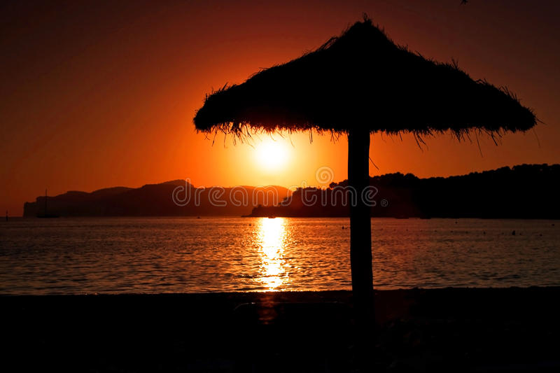 De paraplu van de zonsondergang stock foto