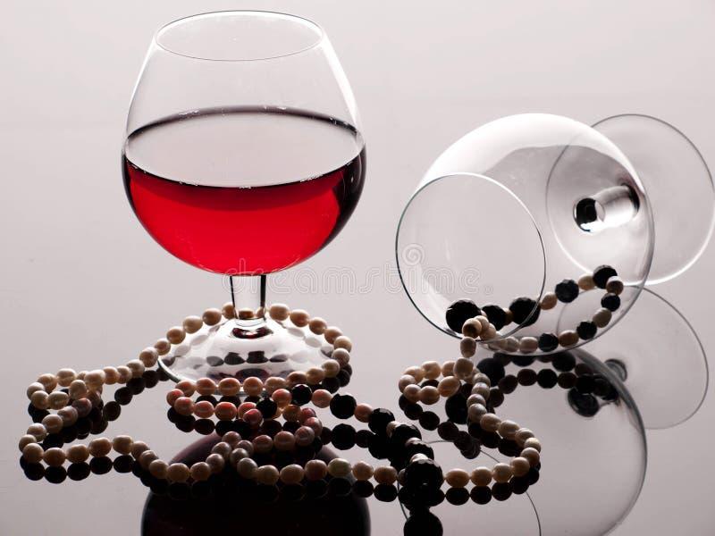 De parel rode drank van het wijnglas royalty-vrije stock afbeeldingen