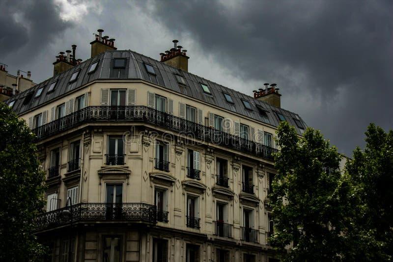 De Parijse architectuurbouw met bewolkte hemel stock afbeeldingen