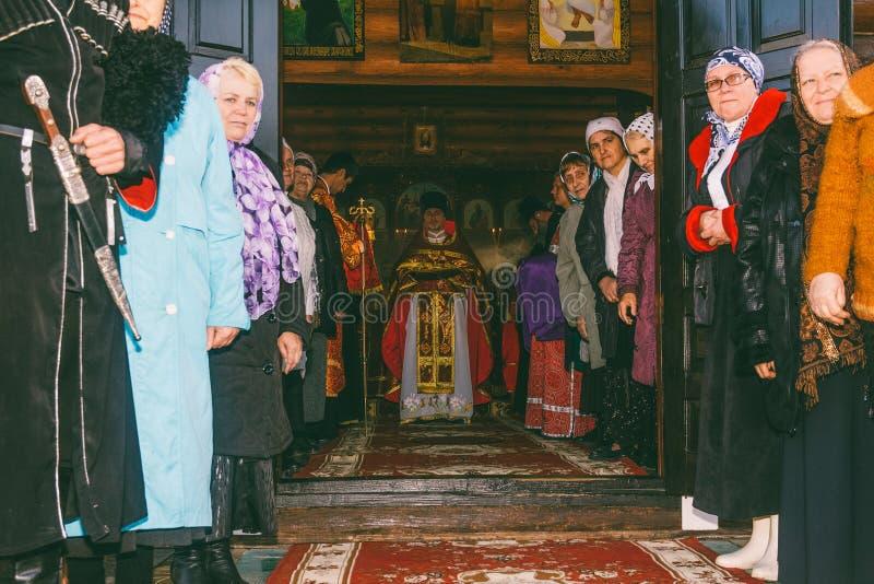 De parochianen en de geestelijkheid die op de aankomst van de Aartsbisschop in de Orthodoxe Kerk wachten stock afbeelding